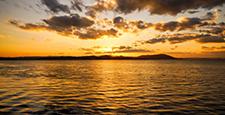 พระอาทิตย์ตกของทะเลสาบซาโรมา