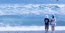 海を眺める姉弟