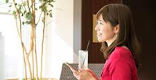 カフェ 携帯電話 女性