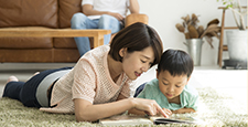 與父母和孩子一起閱讀客廳