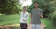 ファミリーイメージ 若い夫婦 新緑の中をウオーキングする スローモーション