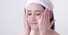 ビューティーイメージ 若い女性 泡で洗顔シーン