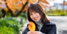 오사카 부 오사카시 미야 코지마 구의 桜之 궁 공원의 단풍을 배경으로하고있는 미소의 젊은 여성