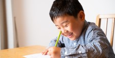 学习作业的男孩