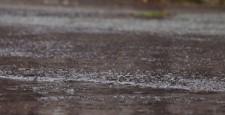 大雨道路上的大雨大雨的形象