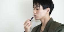 口紅を塗る男性