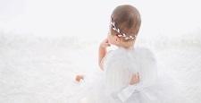 白い羽の赤ちゃん天使